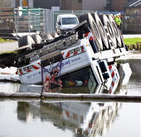 Crane falls into canal at Apperley Bridge