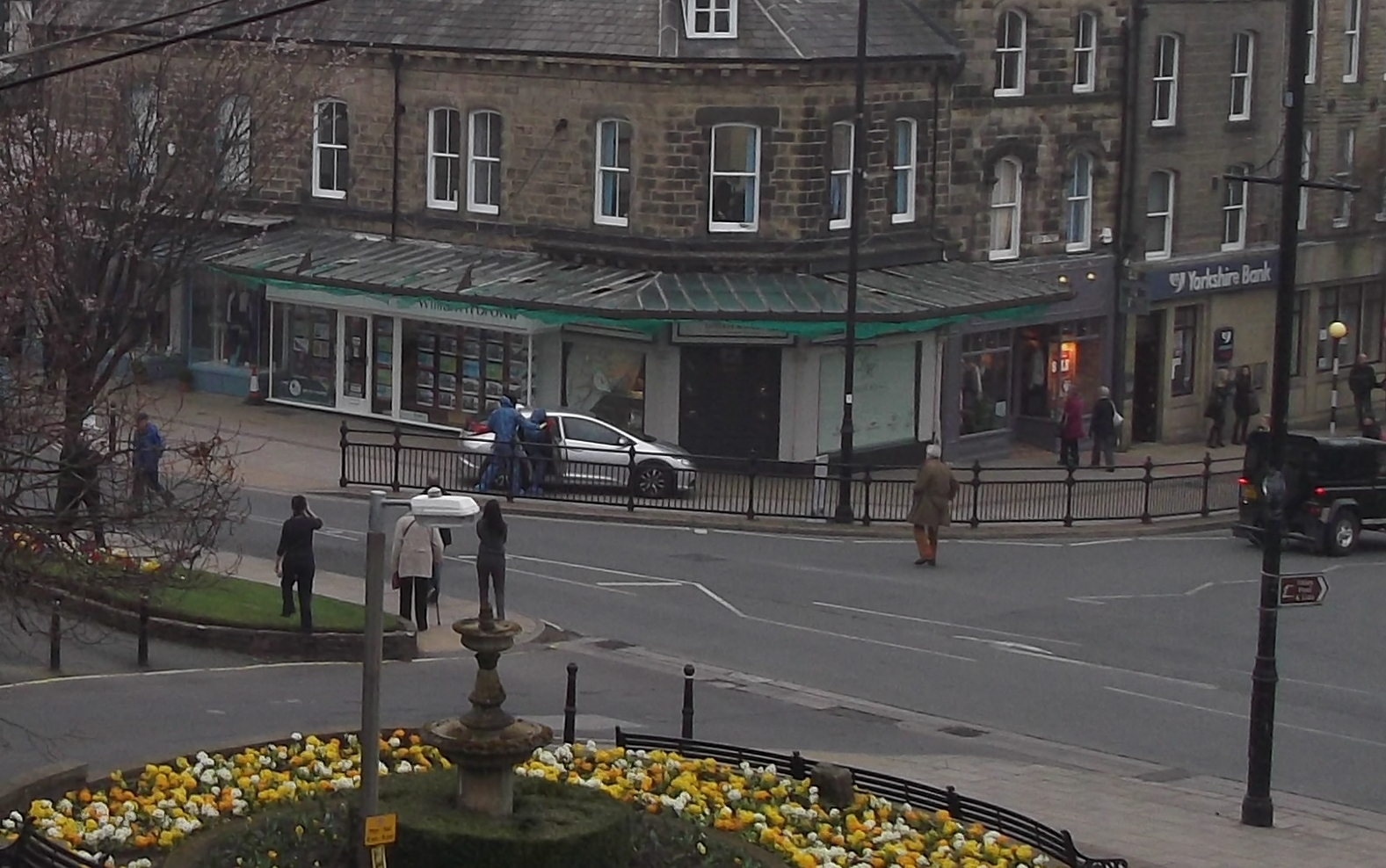 NEW EXCLUSIVE VIDEO: Armed robbers raiding Ilkley jewellers